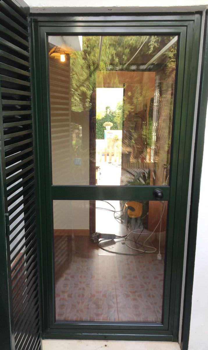 Puerta aluminio interior puerta pivotante en aluminio y - Puertas interior cristal ...